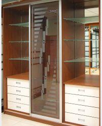 Шкаф-купе со стеклянными вставками в гостинную