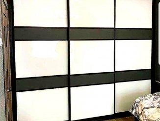 Шкаф-купе с цветным стеклом