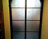 Межкомнатные раздвижные двери в арочном проеме