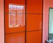 Встроенный шкаф с ораньжевым стеклом Лакобель